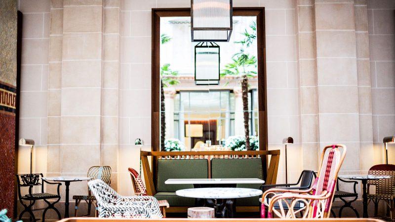 prince-de-galles-joue-puzzle-pour-noel-hotel-patio