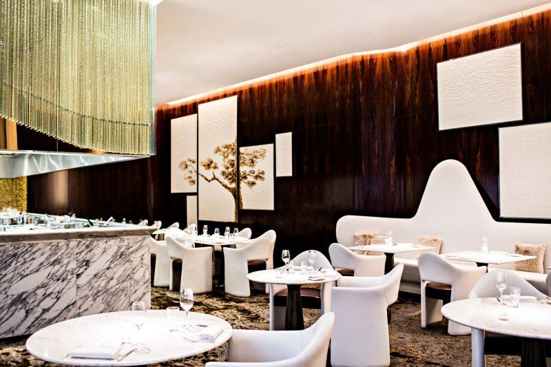 prince-de-galles-joue-puzzle-pour-noel-hotel-restaurant-la-scene