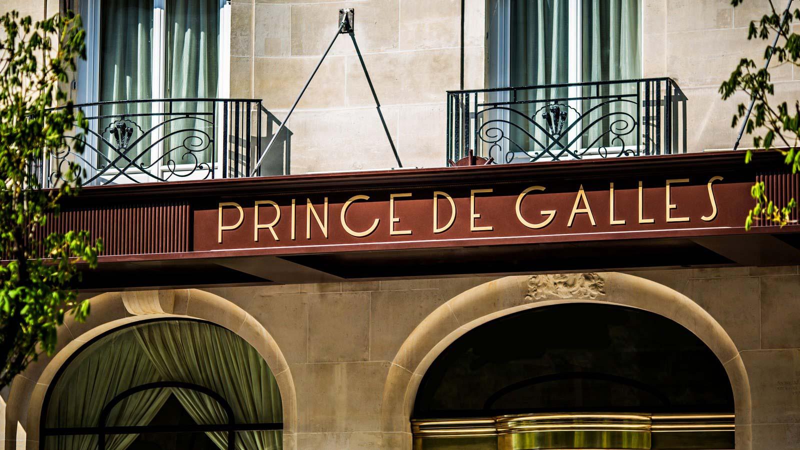 prince-de-galles-joue-puzzle-pour-noel-hotel