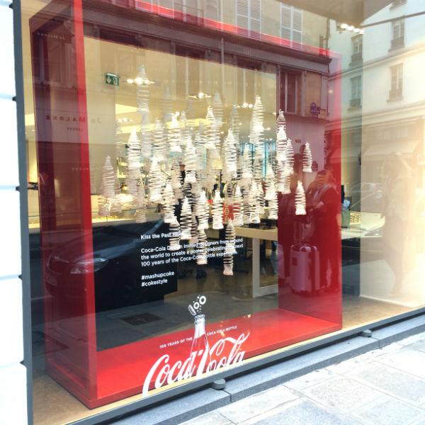 vitrine-100-ans-bouteille-contour-coca-cola-colette-paris