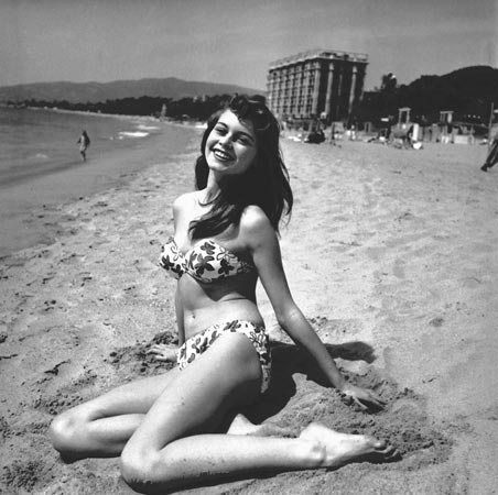itsi-bitsi-petit-bikini-brigitte-bardot-bikini-1953-plage-du-carlton-cannes