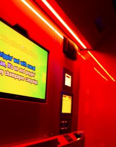 avec-le-bam-le-karaoke-cest-branche-enseigne-salle-rouge
