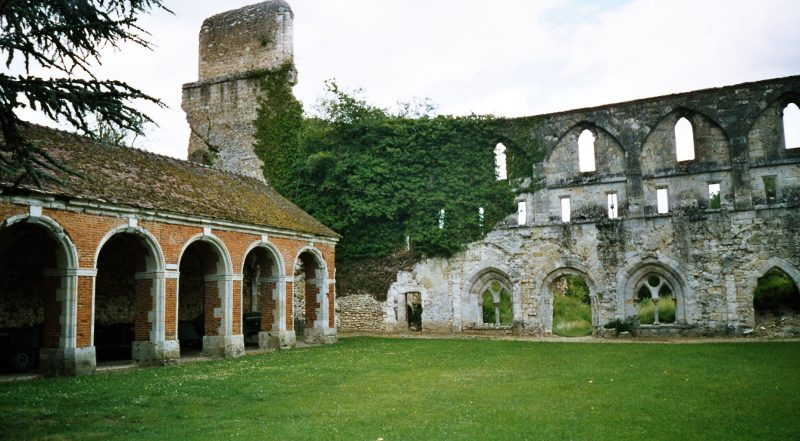 halloween-10-destinations-chair-poule-abbaye-mortemer-lisors-france