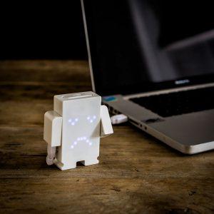 10-idees-cadeau-homme-votre-valentin-accro-gadget-chargeur-USB-smiley 1