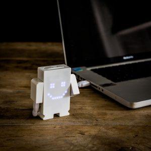 10-idees-cadeau-homme-votre-valentin-accro-gadget-chargeur-USB-smiley 2