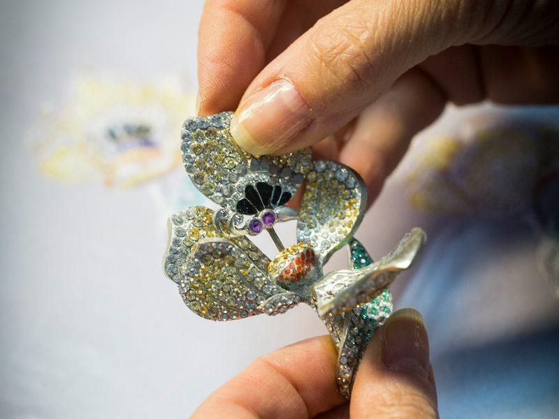 van-cleef-arpels-devoile-lart-du-secret-clip-petale-de-papillon 4