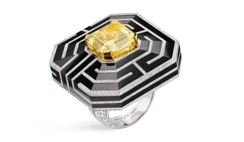 van-cleef-arpels-devoile-lart-du-secret-bague-labyrinthe